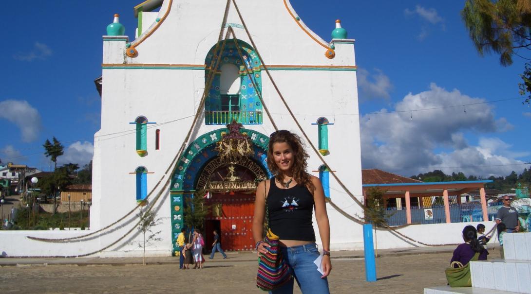 Joven voluntaria explorando México.